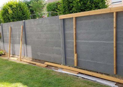 Début de chantier d'espalier en lames de terrasses en bois