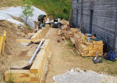 Construction du mur en poutres de chêne